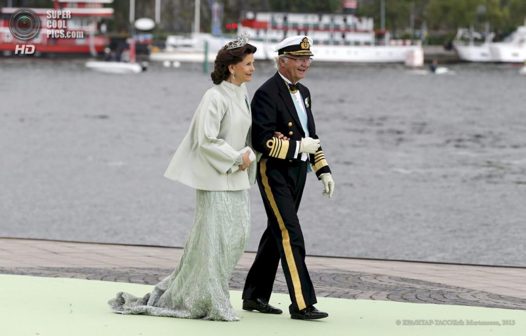 Швеция. Стокгольм. 8 июня. Король Швеции Карл XVI Густав и королева Сильвия направляются к лодке. (EPA/ИТАР-ТАСС/BJORN LARSSON ROSVALL)