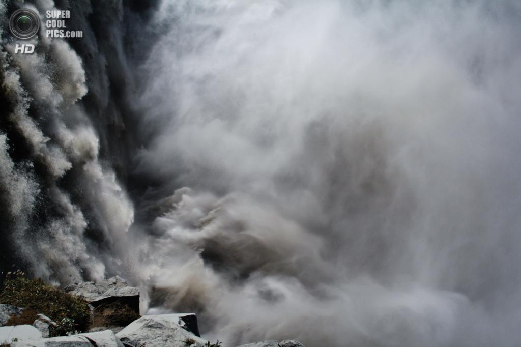 Исландия. Водопад Деттифосс в национальном парке Йёкульсаурглювуре. (Andrea Rossi)