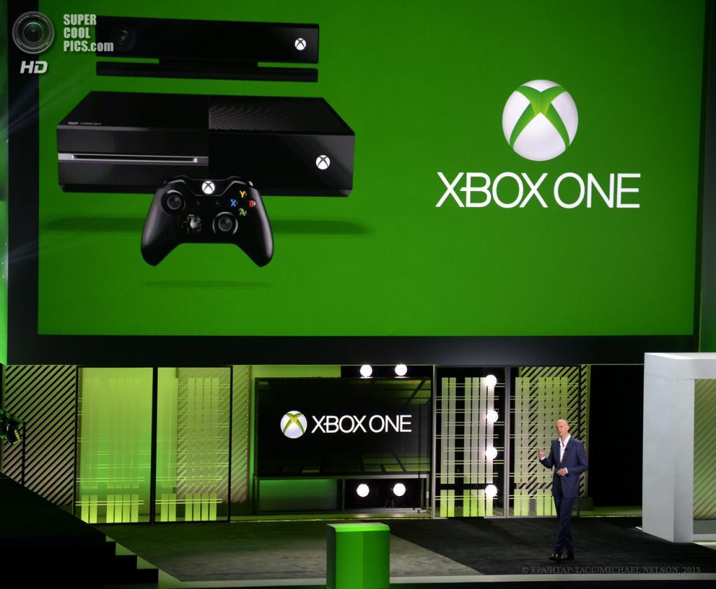 США. Лос-Анджелес, Калифорния. 10 июня. Вице-президент Microsoft по корпоративному сектору Фил Харрисон представляет «новую эру игр и развлечений» — игровую консоль Xbox One на выставке E3 2013. (EPA/ИТАР-ТАСС/MICHAEL NELSON)