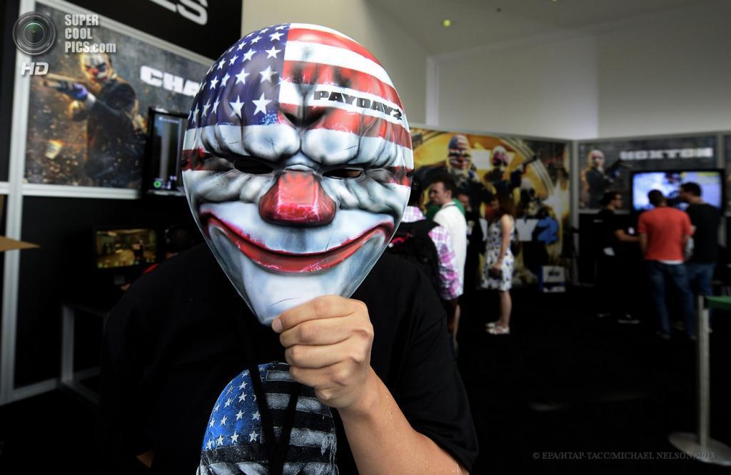 США. Лос-Анджелес, Калифорния. 11 июня. Промоутер игры PayDay 2 в маске клоуна на выставке E3 2013. (EPA/ИТАР-ТАСС/MICHAEL NELSON)