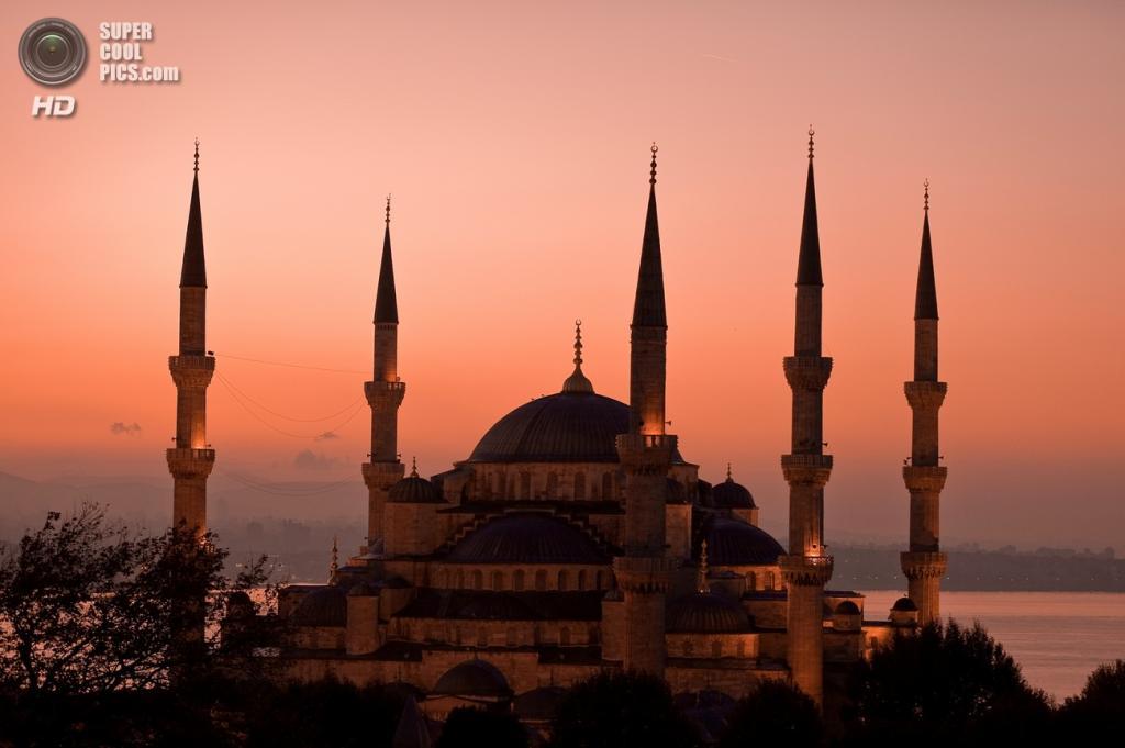 Мечеть Султанахмет (также известна как Голубая мечеть) работы архитектора Седефкара Мехмета-аги — величайший шедевр мусульманской архитектуры и символ Стамбула. Здание расположено в районе Султанахмет близ музея Ая-София. Дата строительства: 1609—1616 годы. (Clint)