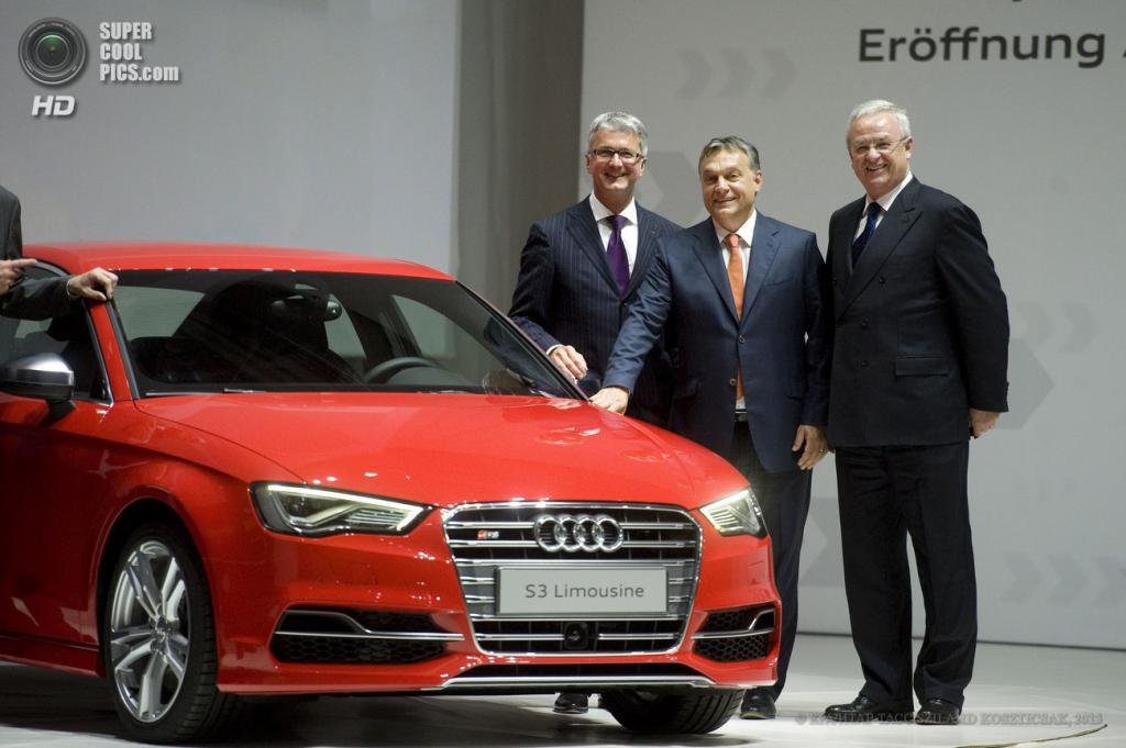 Венгрия. Дьёр. 12 июня. Председатель правления Audi AG Руперт Штадлер, премьер-министр Венгрии Виктор Орбан и председатель правления Volkswagen AG Мартин Винтеркорн (слева направо) позируют с Audi S3 Limousine во время церемонии открытия новой производственной площадки Audi. (EPA/ИТАР-ТАСС/SZILARD KOSZTICSAK)