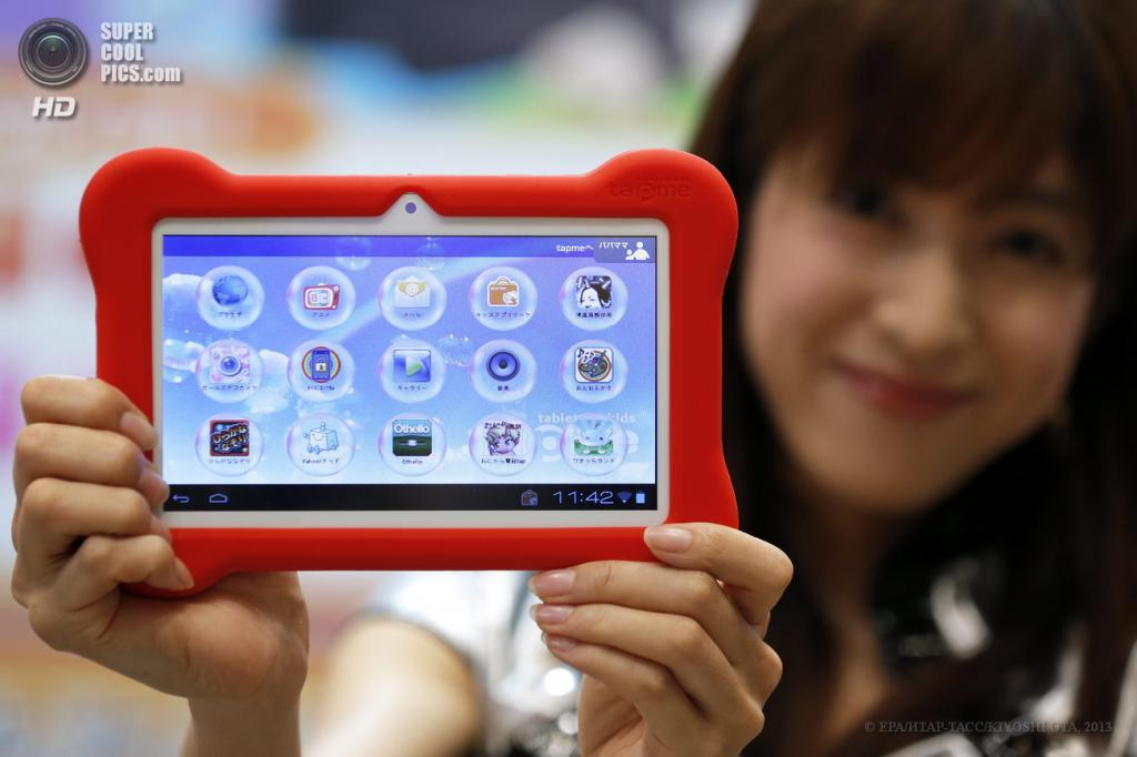 Япония. Токио. 13 июня. Промоутер демонстрирует планшет для маленьких детей  «Tap Me» от MegaHouse на выставке Tokyo Toy Show 2013. (EPA/ИТАР-ТАСС/KIYOSHI OTA)