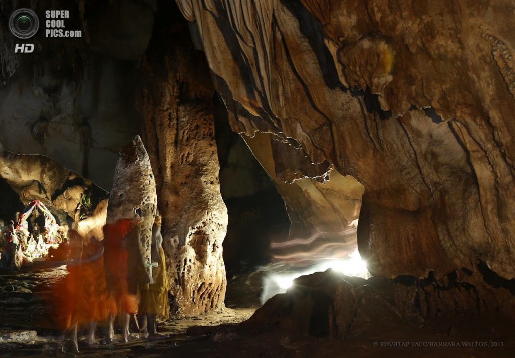 Таиланд. Чиангмай. 14 мая. Буддийские монахи в традиционных оранжевых робах стоят перед храмом внутри пещеры Chiang Dao. (EPA/ИТАР-ТАСС/BARBARA WALTON)