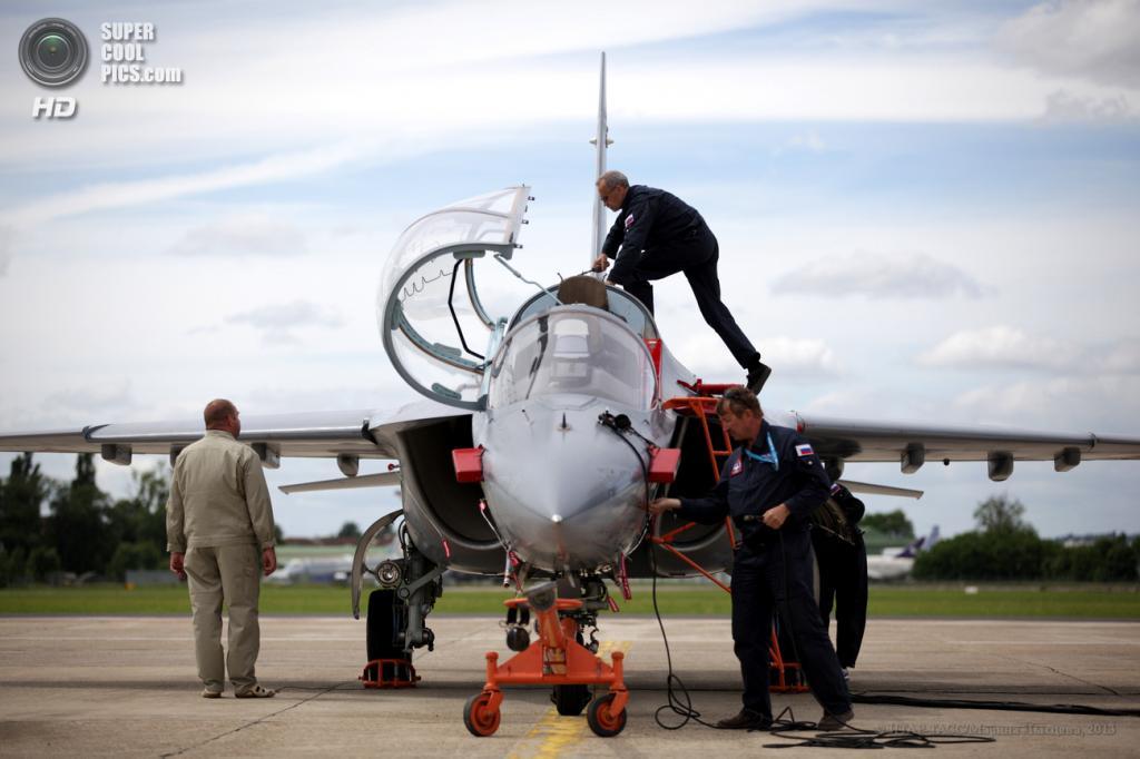 Франция. Ле-Бурже, Париж. 17 июня. Учебно-боевой самолёт Як-130 на 50-м Парижском авиасалоне. (ИТАР-ТАСС/Марина Лысцева)