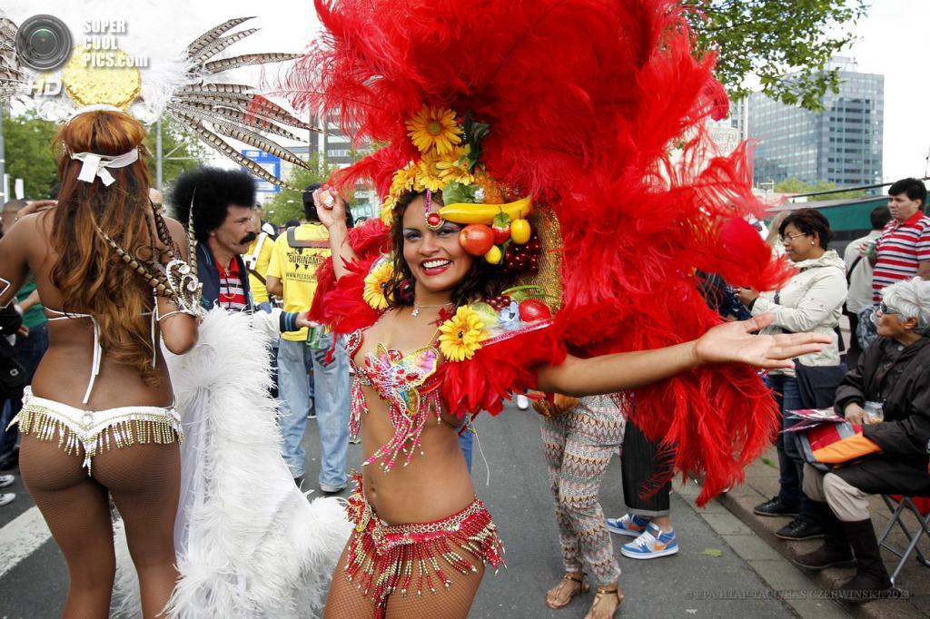 Нидерланды. Роттердам. 15 июня. Во время «Летнего карнавала» на улицах города. (EPA/ИТАР-ТАСС/BAS CZERWINSKI)