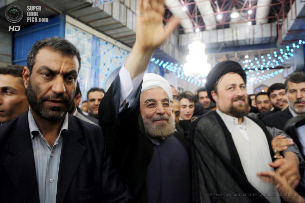Иран. Тегеран. 16 июня. Новый президент Ирана Хасан Роухани во время посещения мавзолея аятоллы Хомейни после победы на выборах. (EPA/ИТАР-ТАСС/ABEDIN TAHERKENAREH)