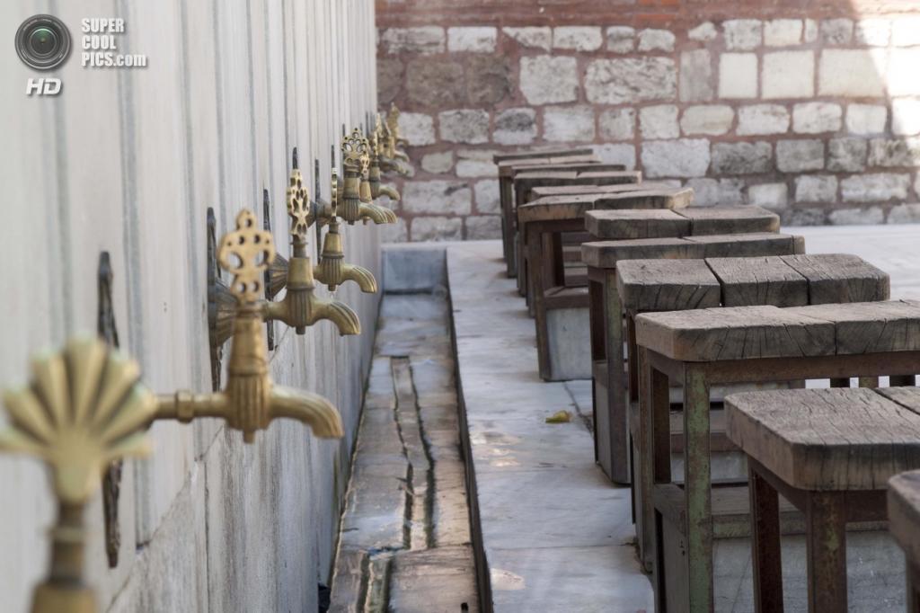Краники с водой вокруг мечети Лалели. Верующие должны мыть ноги перед ее посещением. (Dieter Titz)