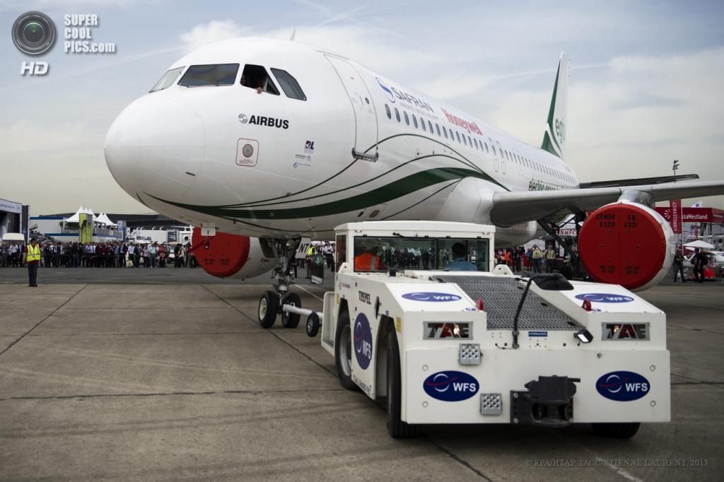 Франция. Ле-Бурже, Париж. 18 июня. Пассажирский самолёт Airbus A320 с технологией EGTS, разработанной компаниями Honeywell и Safran, на 50-м Парижском авиасалоне. (ИТАР-ТАСС/ETIENNE LAURENT)