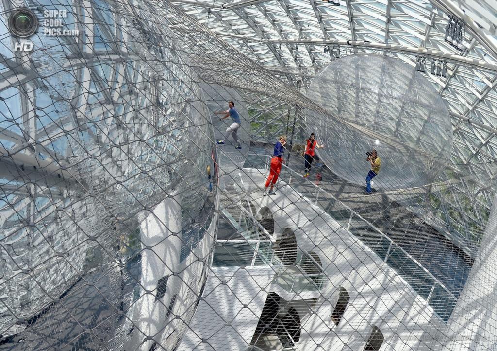 Германия. Дюссельдорф, Северный Рейн — Вестфалия. 18 июня. Посетители внутри инсталляции «На орбите» аргентинского художника Томаса Сарасено в музее «K21». (EPA/ИТАР-ТАСС/FEDERICOGAMBARINI)