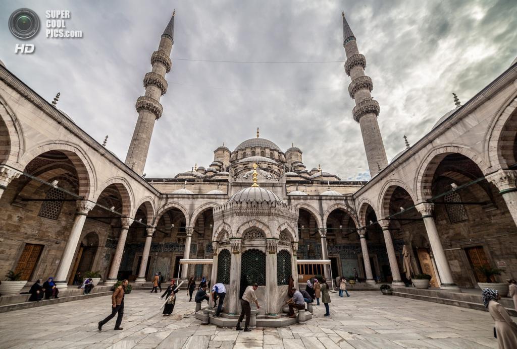 Внутренний двор Новой мечети. (Mattia Panciroli)