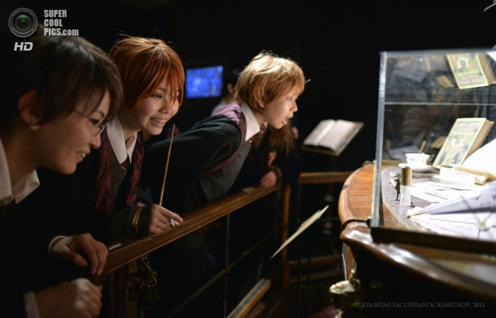Япония. Токио. 20 июня. Школьники на пресс-показе выставки костюмов и прочих объектов, использовавшихся при съёмке серии фильмов о Гарри Поттере. (EPA/FRANCK ROBICHON)