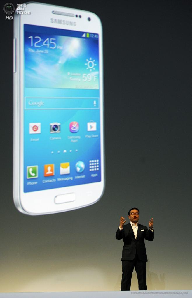 Великобритания. Лондон. 20 июня. Директор по продажам и маркетингу Samsung Ди Джей Ли презентует новый смартфон-камерафон Samsung Galaxy S4 Zoom в выставочном центре «Эрлс Корт». (EPA/ИТАР-ТАСС/FACUNDO ARRIZABALAGA)