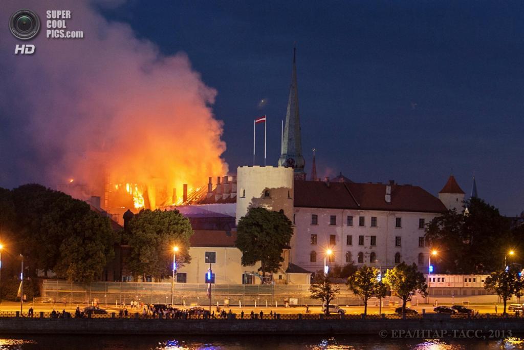 Латвия. Рига. 21 июня. Во время тушения пожара в Рижском замке. (EPA/ИТАР-ТАСС/DMITRIJS SULZICS)