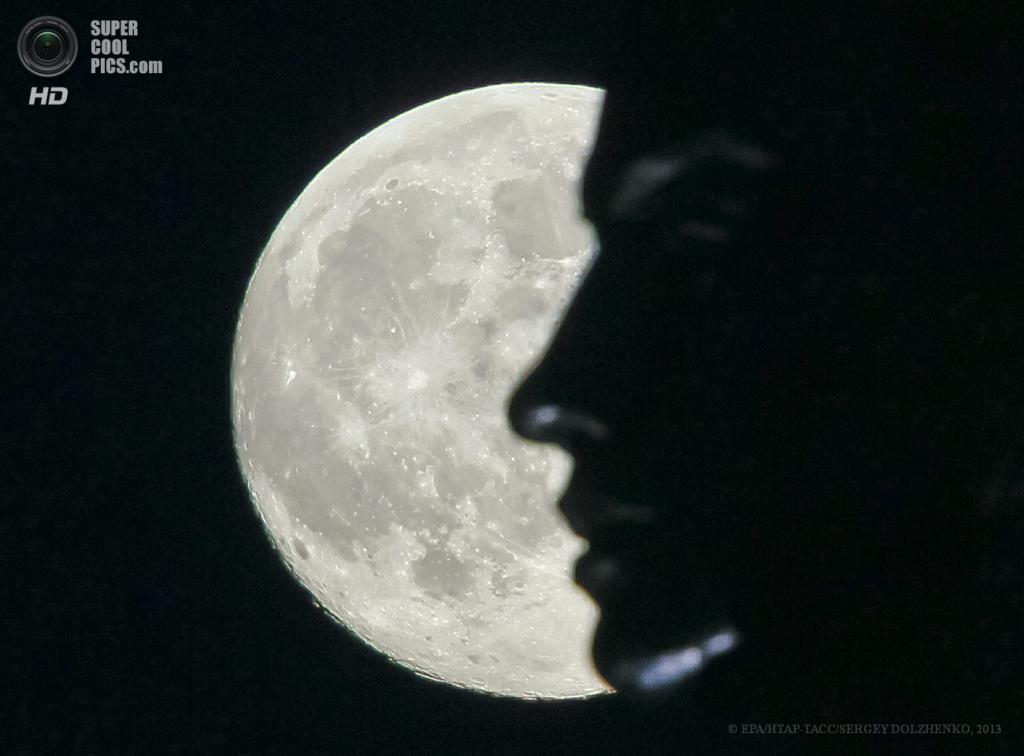 Украина. Киев. 23 июня. Родина-мать на фоне суперлуния. (EPA/ИТАР-ТАСС/SERGEY DOLZHENKO)