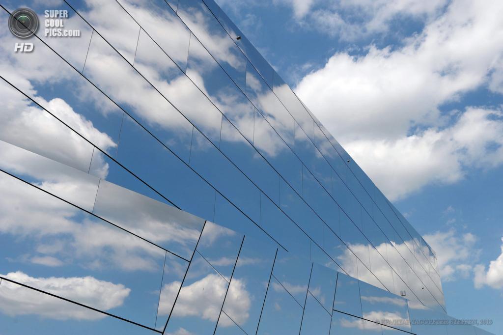 Германия. Шёнинген, Нижняя Саксония. 7 июня. Зеркальное покрытие выставочного научно-познавательного центра Paläon. (EPA/ИТАР-ТАСС/PETER STEFFEN)