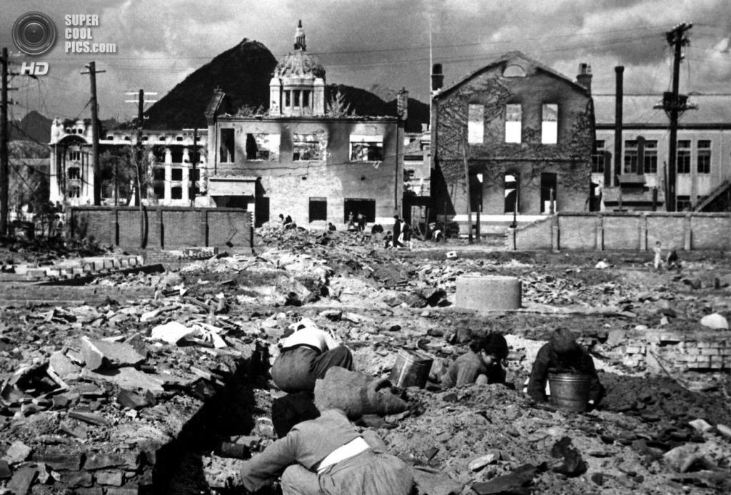 Корея. Сеул. 1 ноября 1950 года. Женщины и дети среди руин города ищут вещи, которые можно использовать в качестве топлива. (U.S. Army Korea)