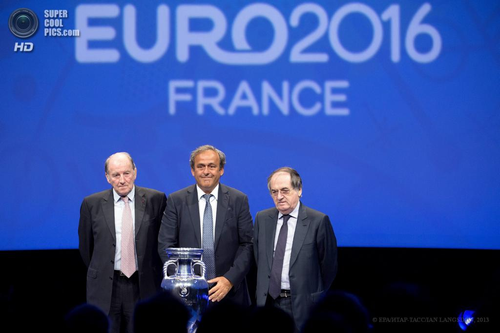 Франция. Париж. 26 июня. Президент Евро-2016 Жак Ламбер, президент УЕФА Мишель Платини и президент Федерации футбола Франции Ноэль Ле Граэ (слева направо) на презентации логотипа Евро-2016. (EPA/ИТАР-ТАСС/IAN LANGSDON)