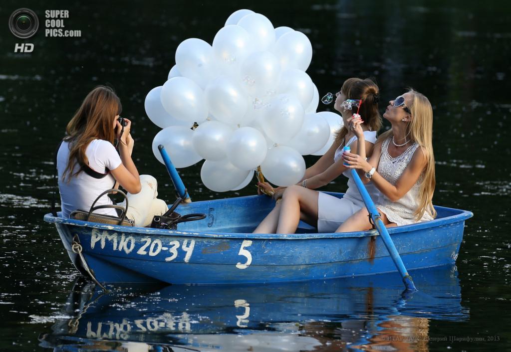 Россия. Москва. 27 июня. Отдыхающие на лодке в Екатерининском парке. (ИТАР-ТАСС/Валерий Шарифулин)