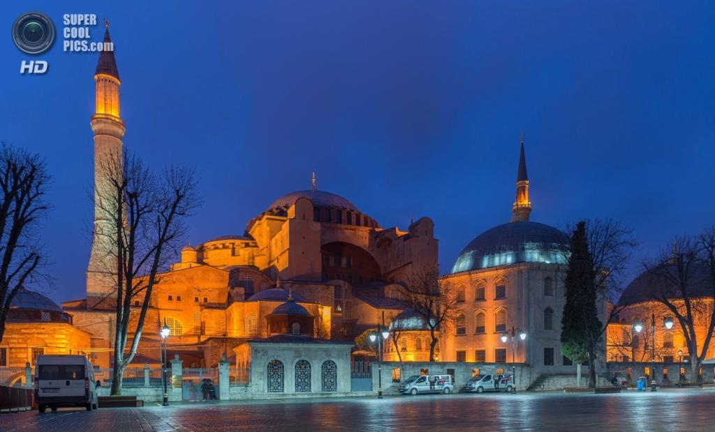Музей Ая-Софья — символ «золотого века» Византии, бывший патриарший православный собор, впоследствии — мечеть. Здание расположено в районе Султанахмет и входит в список Всемирного наследия ЮНЕСКО. Дата строительства: 532—537 годы. (Arild Vågen)