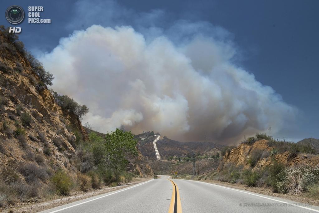 США. Санта-Кларита, Калифорния. 2 июня. Дым вздымается над каньоном в результате природных пожаров. (EPA/ITAR-TASS/STUART PALLEY)
