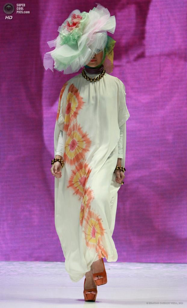 Индонезия. Джакарта. 2 июня Во время показа новой коллекции Dian Pelangi. (EPA/ITAR-TASS/ADI WEDA)