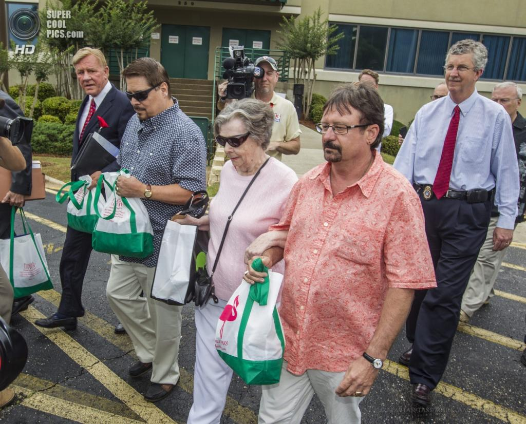 США. Таллахасси, Флорида. 5 июня. Глория Маккензи покидает штаб-квартиру лотереи Powerball. (EPA/ITAR-TASS/MARK WALLHEISER)