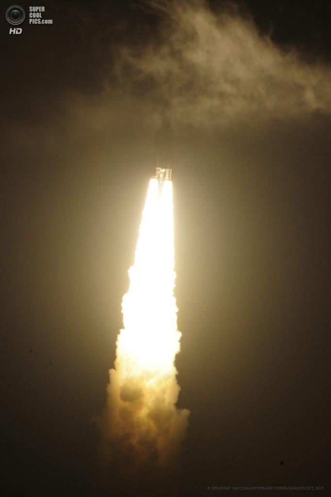 Гвиана. Космодром Куру. 5 июня. Во время старта ракеты-носителя Ариан-5. (EPA/ИТАР-ТАСС/ESA/STEPHANE CORVAJA/HANDOUT)