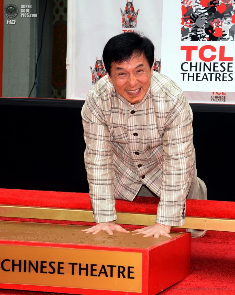 США. Голливуд, Лос-Анджелес, Калифорния. 6 июня. Актёр Джеки Чан оставляет отпечатки рук на цементе у Китайского театра Граумана. (EPA/ITAR-TASS/MICHAEL NELSON)