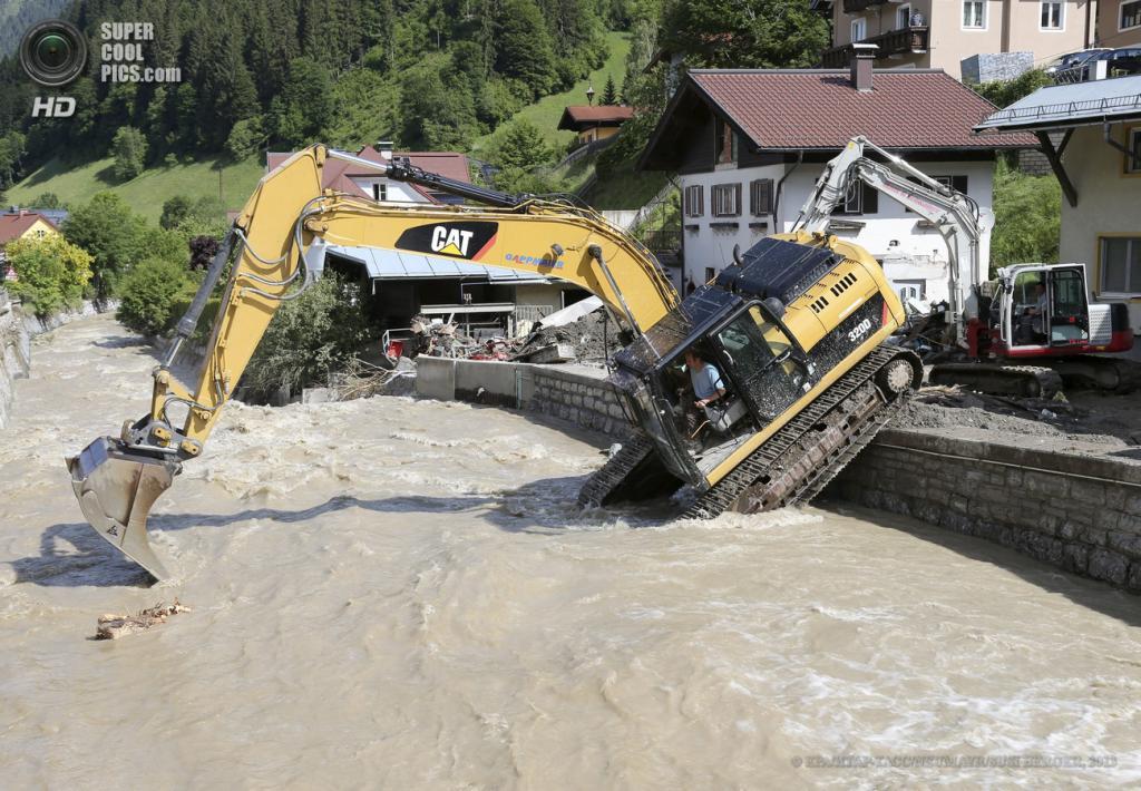 Австрия. Хюттау, Зальцбург. 5 июня. Последствия наводнения. (EPA/ИТАР-ТАСС/NEUMAYR/SUSI BERGER)