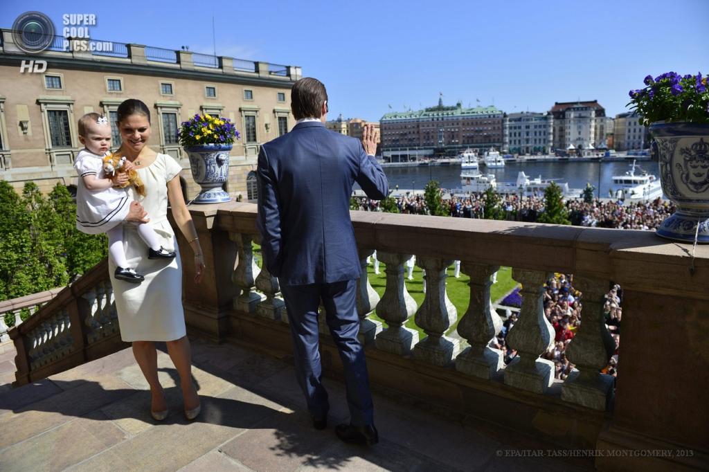 Швеция. Стокгольм. 6 июня. Будущая королева Швеции кронпринцесса Виктория с дочерью Эстель и супругом принцем Даниэлем приветствуют подданных во время празднования национального дня Швеции в Королевском дворце. (ИТАР-ТАСС/EPA/HENRIK MONTGOMERY)
