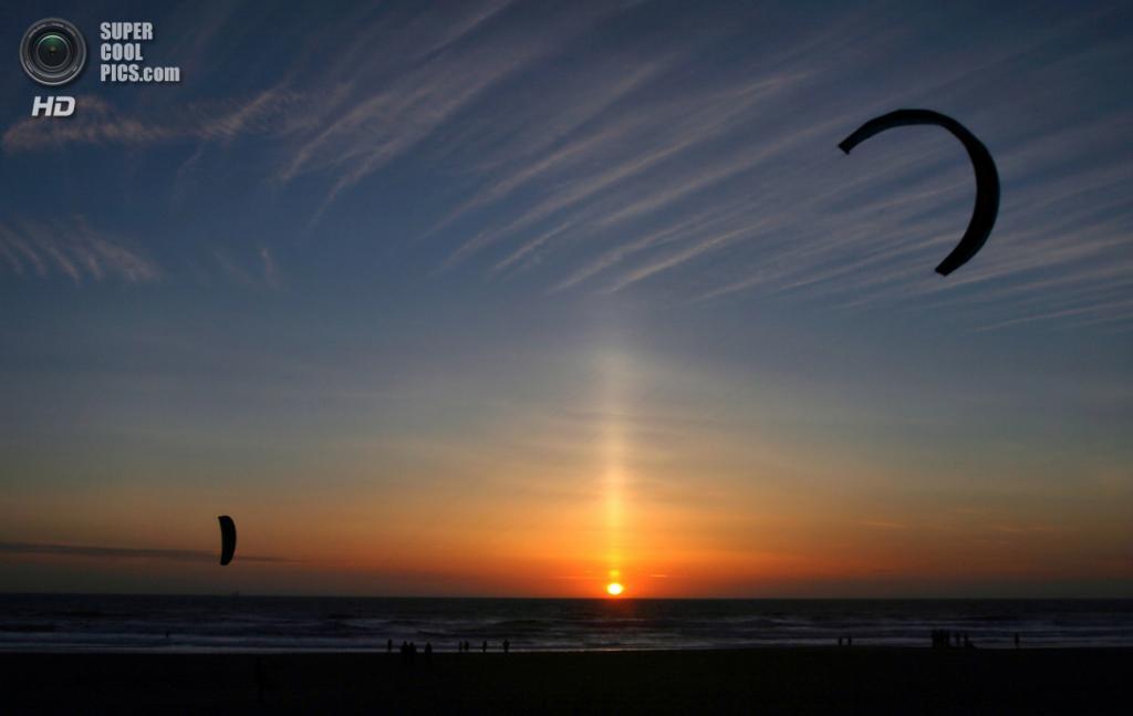 Солнечный столб, являющийся разновидностью гало, Сан-Франциско, Калифорния, США. (Brocken Inaglory)