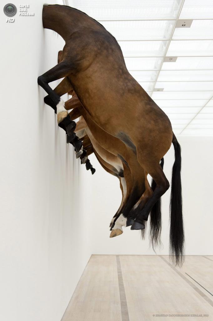 Швейцария. Риэн. 10 июня. Инсталляция Маурицио Кателлана. (EPA/ИТАР-ТАСС/GEORGIOS KEFALAS)