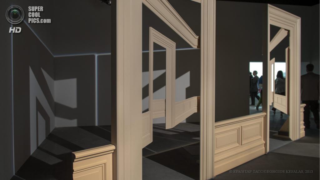 Швейцария. Базель. 10 июня. Инсталляция «Views from Outer to Inner Compartments» ливанского художника Валида Раада на выставке современного искусства Art Basel. (EPA/ИТАР-ТАСС/GEORGIOS KEFALAS)