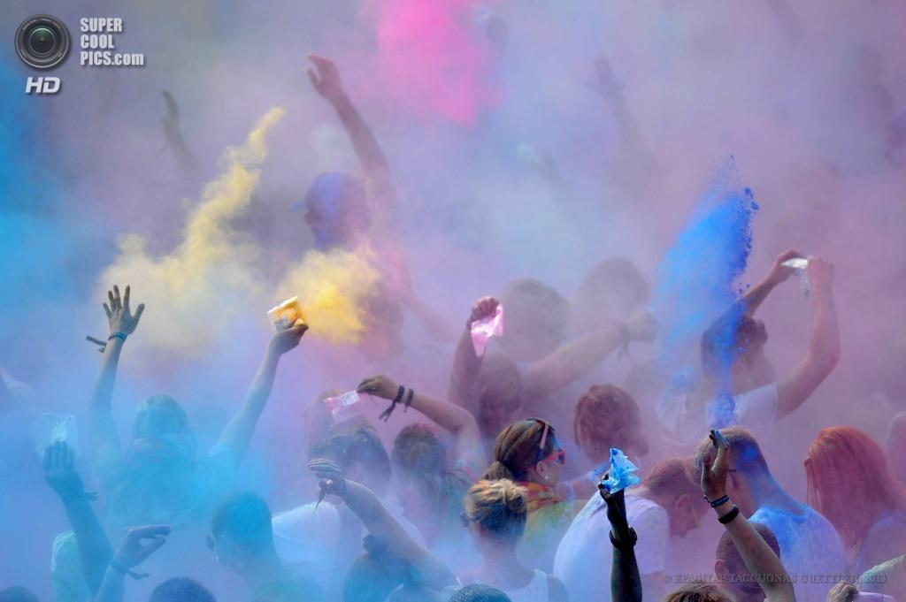 Германия. Леверкузен, Северный Рейн — Вестфалия. 8 июня. Во время фестиваля Холи. (EPA/ИТАР-ТАСС/JONAS GUETTLER)