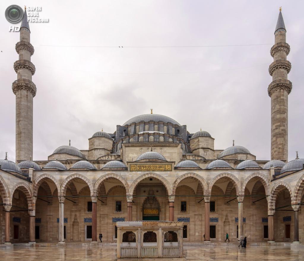 Внутренний двор Сулеймание. Здесь находятся могилы султана Сулеймана I Великолепного и его супруги Роксоланы. (Myrabella)