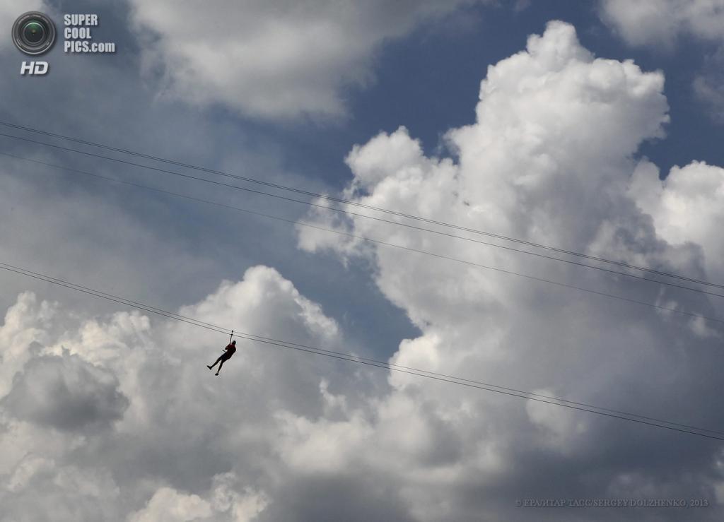 Украина. Киев. 11 июня. На канатной дороге через Днепр. (EPA/ИТАР-ТАСС/SERGEY DOLZHENKO)