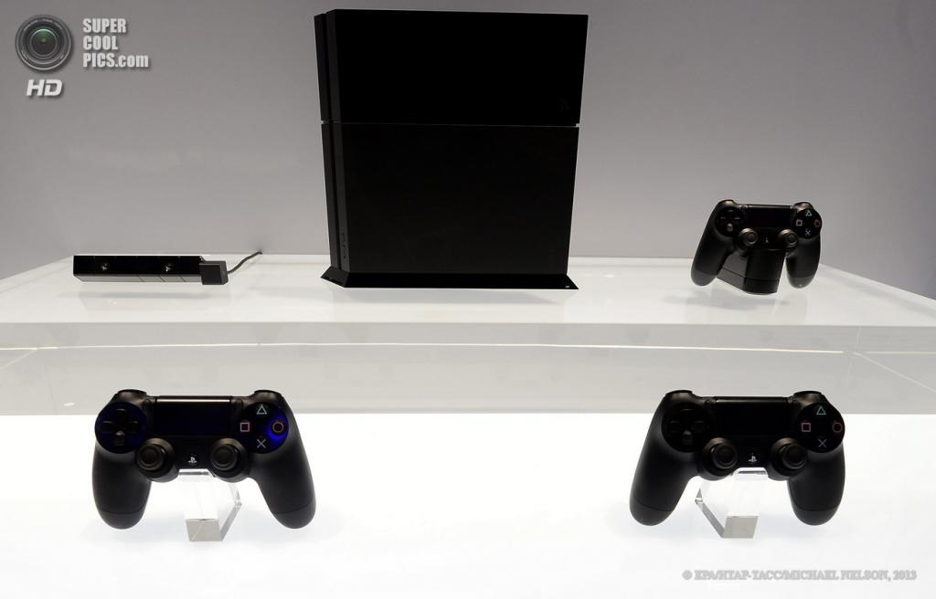 США. Лос-Анджелес, Калифорния. 11 июня. Игровая консоль Sony PlayStation 4 на выставке E3 2013. (EPA/ИТАР-ТАСС/MICHAEL NELSON)