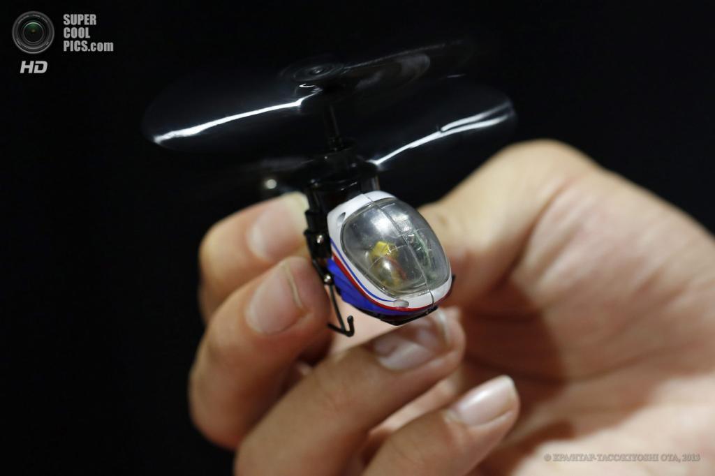 Япония. Токио. 13 июня. Миниатюрный вертолет на дистанционном управлении «Nano Falcon» от Silverlit Toys Manufactory на выставке Tokyo Toy Show 2013. Эта игрушка зарегистрирована в Книге рекордов Гиннесса, как самая маленькая модель вертолета на дистанционном управлении. (EPA/ИТАР-ТАСС/KIYOSHI OTA)