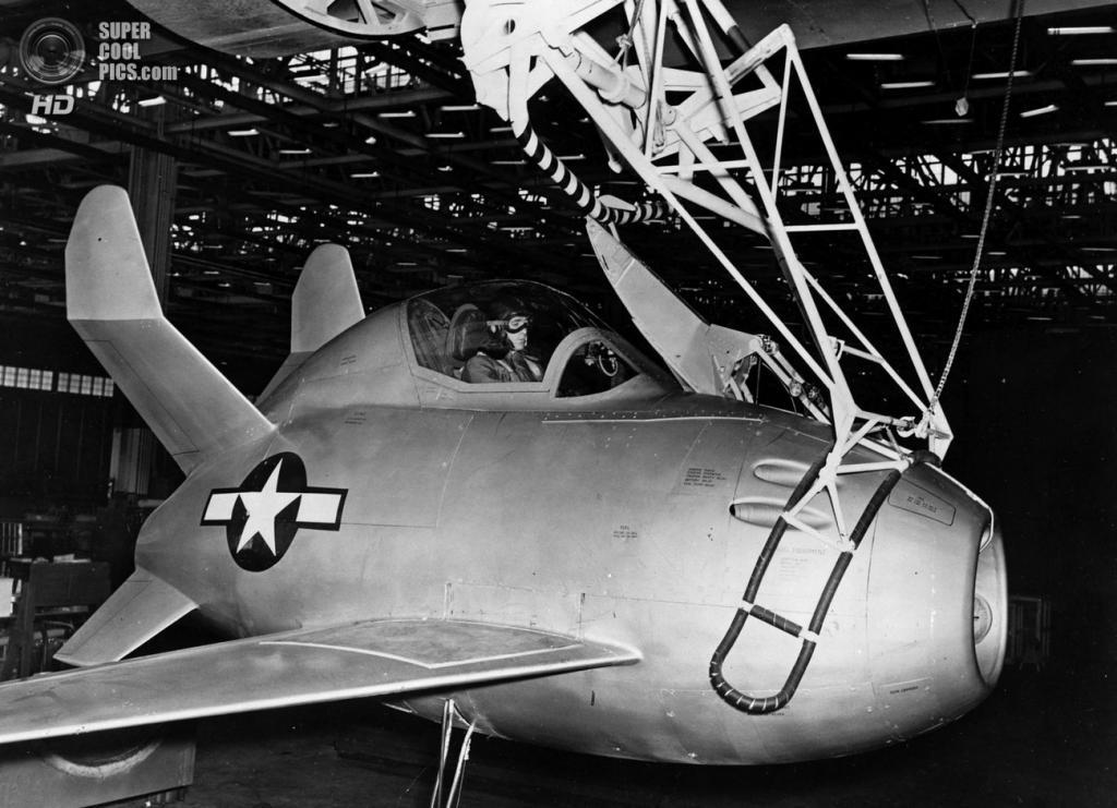 Испытания трапеции, крепящейся к носу McDonnell XF-85 Goblin. (U.S. Air Force)