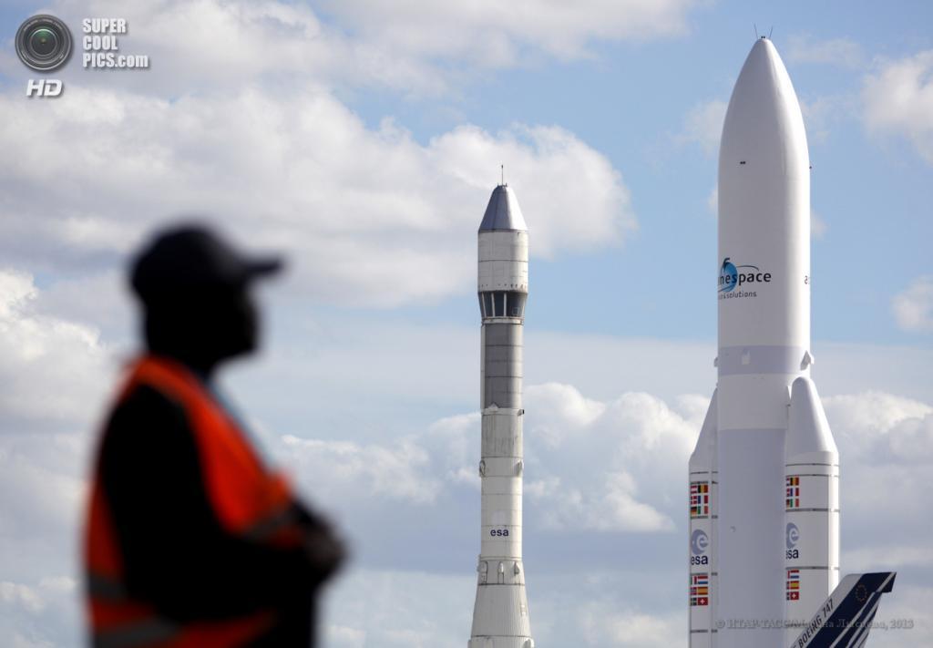 Франция. Ле-Бурже, Париж. 17 июня. Макеты ракет-носителей «Ариан-1» и «Ариан-5» на 50-м Парижском авиасалоне. (ИТАР-ТАСС/Марина Лысцева)