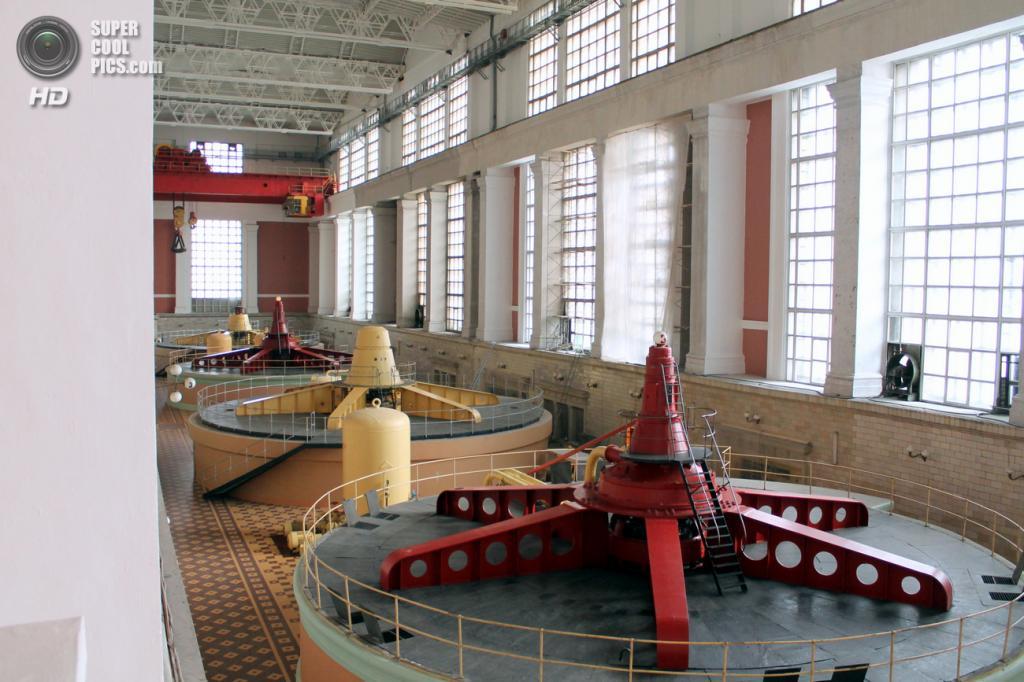Машинный зал Рыбинской ГЭС. (Сайга20К)