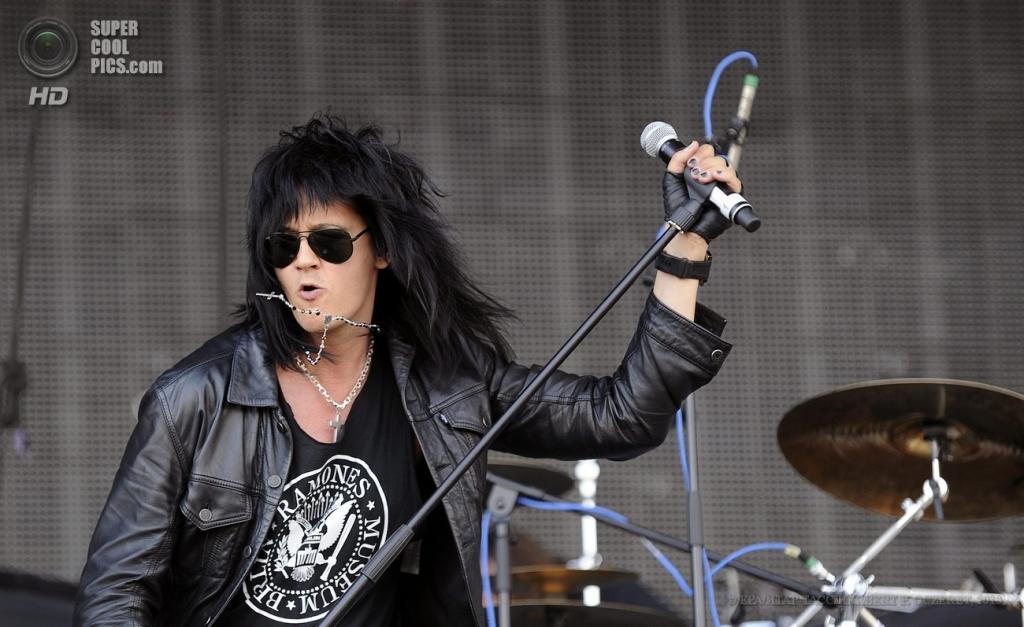Австрия. Бургенланд. 15 июня. Вокалист финской рок-группы The 69 Eyes Юрки Линнанкиви на фестивале Nova Rock 2013. (EPA/ИТАР-ТАСС/HERBERT P. OCZERET)