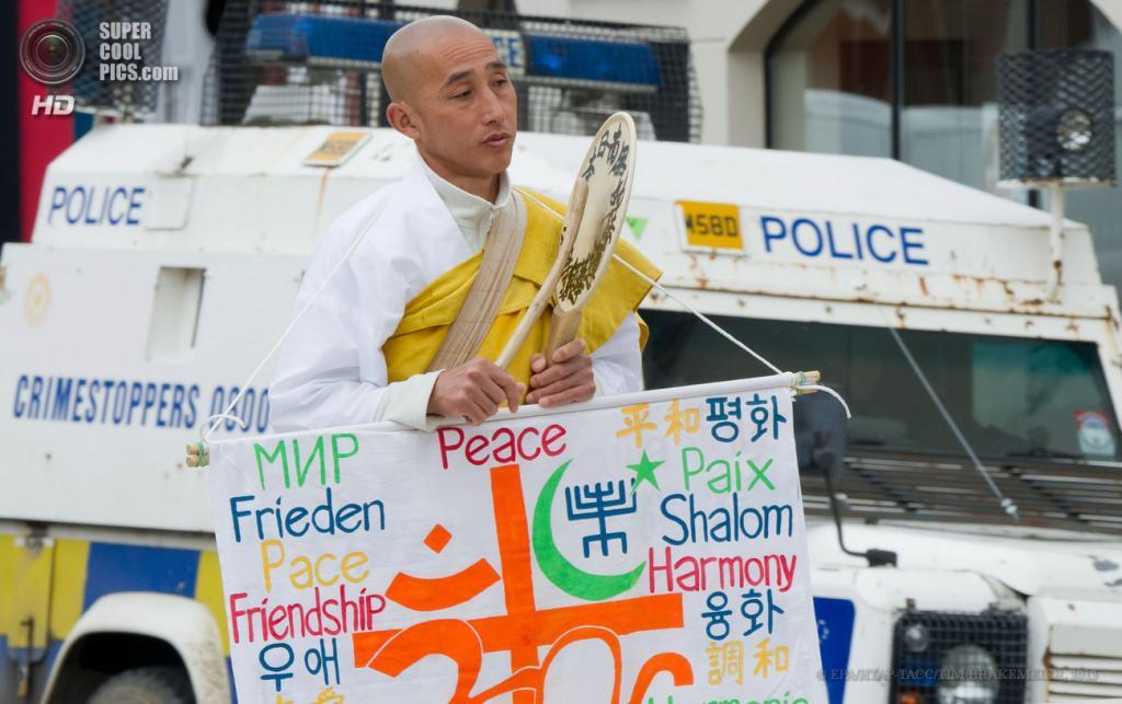 Великобритания. Эннискиллен, Северная Ирландия. 16 июня. Буддийский монах проводит одиночную демонстрацию за мир накануне саммита «Большой восьмёрки». (EPA/ИТАР-ТАСС/TIM BRAKEMEIER)