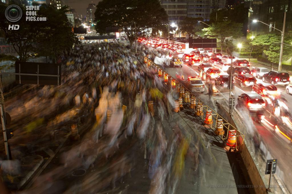 Бразилия. Рио-де-Жанейро. 17 июня. Во время акции протеста против повышения стоимости проезда в общественном транспорте. (EPA/ИТАР-ТАСС/SEBASTIAO MOREIRA)