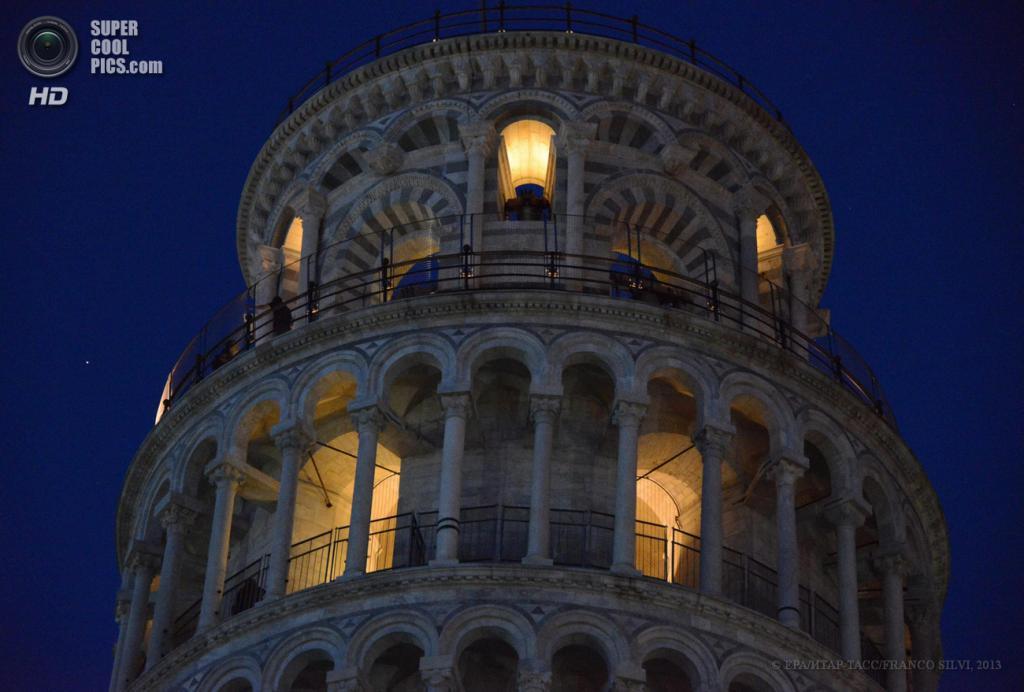 Италия. Пиза, Тоскана. 17 июня. Пизанская башня с иллюминацией внутри. (EPA/ИТАР-ТАСС/FRANCO SILVI)