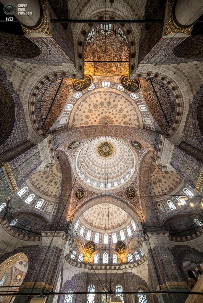 Центральный купол Новой мечети. Он насчитывает 36 метров в высоту и ровно вдвое меньше — в диаметре. (Mattia Panciroli)