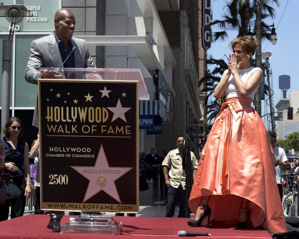 США. Голливуд, Лос-Анджелес, Калифорния. 20 июня. Кинен Айвори Уэйанс во время церемонии открытия звезды Дженнифер Лопес на «Аллее славы». (EPA/ИТАР-ТАСС/PAUL BUCK)