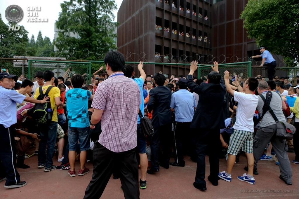 Китай. Шанхай. 20 июня. Давка во время визита Дэвида Бекхэма в шанхайский университет. (EPA/ИТАР-ТАСС/LI MO)