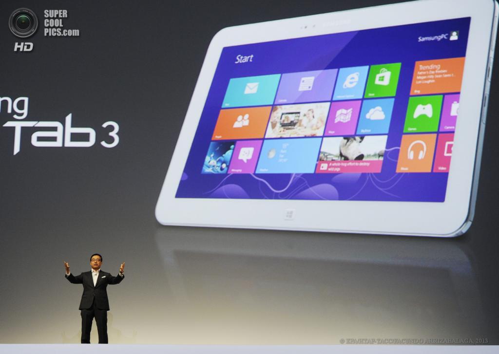 Великобритания. Лондон. 20 июня. Директор по продажам и маркетингу Samsung Ди Джей Ли презентует новый планшет Samsung ATIV Tab 3 в выставочном центре «Эрлс Корт». (EPA/ИТАР-ТАСС/FACUNDO ARRIZABALAGA)